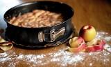 Szarlotka bez zagniatania, ucierania i miksera. Przepis na najłatwiejsze i najsmaczniejsze ciasto z jabłkami. Warto się skusić