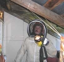 """W takim """"kosmicznym"""" kombinezonie strażacy w miarę bezpiecznie mogą przystąpić do likwidowania gniazd os albo szerszeni"""