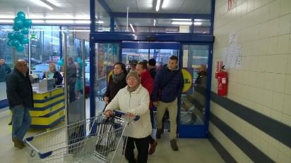 8b49cb33ccf40 Bitwa o torby i szturm klientów w nowym Lidlu w Łodzi [FILM ...