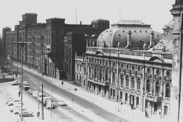 Tak w latach 70-tych wyglądała ul. Ogrodowa. Widać dawną fabrykę Izraela Poznańskiego i jego pałac w którym dziś mieści się Muzeum Miasta Łodzi