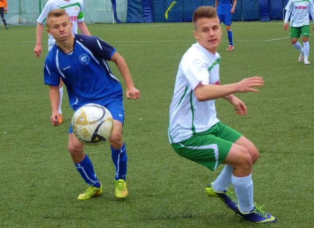 Juniorzy młodsi Bałtyku Koszalin (niebieskie stroje) ulegli swoim rówieśnikom z Lechii Gdańsk 0:3.
