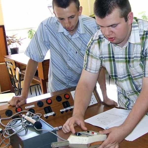 Paweł Rydzewski i Krzysztof Mierzwa pokazują urządzenia do pomiaru hałasu.