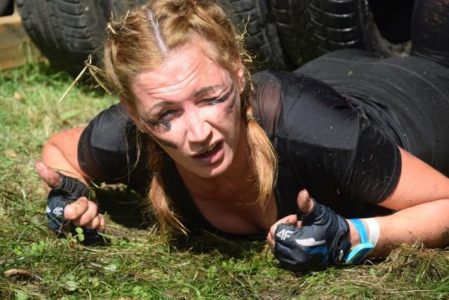 """W niedzielę, 19 sierpnia, Park Świętojański w Szczańcu stał się miejscem, które opanował szał sportowych emocji, a jego przyczyną był Extream Team IV Bieg z Przeszkodami. To nie był niedzielny spacerek, dlatego wielu uczestnikom podobał się stopień trudności postawiony im przez organizatorów. Na starcie szczanieckiego biegu ekstremalnego """"ExtreamTeam"""" zameldowało się 78. mężczyzn i 59. kobiet! Sklasyfikowano także sześć drużyn: Latające Gryfy (Zielona Góra), Joker (Świebodzin), 17BZ (Szczaniec), Pędzące Banany (Opalenica, Zbąszyń), Zakon Jedi (Sulechów), Boks Girls (Zielona Góra). Uczestnicy pokonali 6-kilometrowy dystans naszpikowany przeszkodami: błoto, liny, ciemne tunele, wysokie ściany ze snopków. Było dużo wspinania się, skakania, ale przede wszystkim dobrej zabawy."""