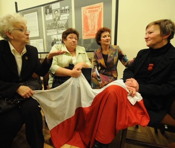 - O wywieszenie  flagi też musiałyśmy w Gołdapi walczyć - wspominają (od lewej) Aurelia Fraszek, Helena Wojtowicz, Lucyna Żuraw-Kusyk i Elżbieta Gajda-Bardon.