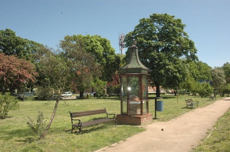 W tym miejscu, tuż obok lapidarium stanie pomnik pamięci ofiar katyńskich. Posadzony zostanie tu także szpaler dębów
