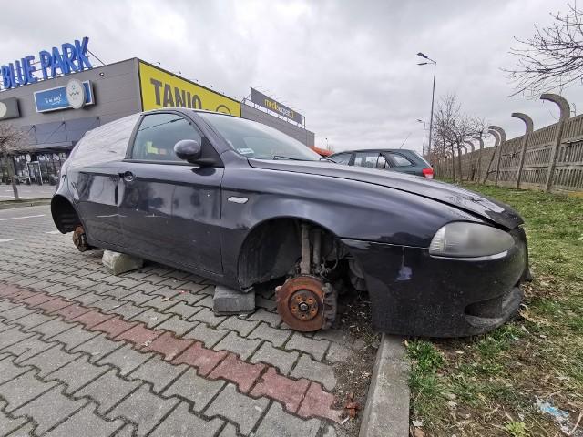 Na parkingach supermarketów w Przemyślu roi się od porzuconych samochodów. Zobaczcie zdjęcia!