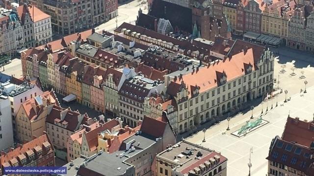 Pusty Wrocław fotografowany z policyjnego helikoptera