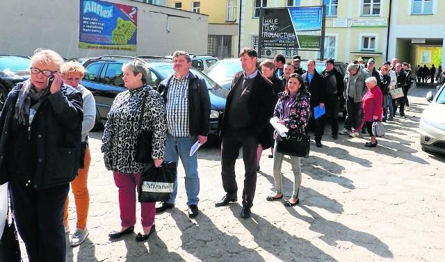 Taka kolejka ustawiła się w piątek przed białostockim biurem powiatowym ARiMR. Później minister rolnictwa ogłosił, że termin składania wniosków został przesunięty o dwa tygodnie