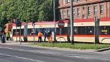 W Gdańsku Wrzeszczu tramwaj wypadł z torów 7.06.2021. Utrudnienia drogowe i komunikacja zastępcza. Zdjęcia