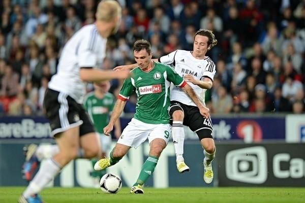 Marek Saganowski w zielonej koszulce.