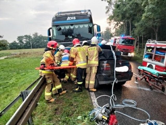 Czołowe zderzenie osobówki z ciężarówką w Czerwonej Wsi. Zobacz zdjęcia z miejsca wypadku --->