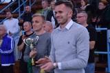 Turniej piłkarski w Oleśnie. Puchary wręczali piłkarze Ekstraklasy - Adam Deja i Jan Grzesik [ZDJĘCIA]