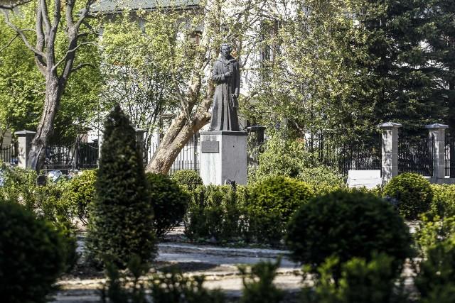 Jesienią, do końca października, zakończy się wyczekiwana przez mieszkańców rewitalizacja parku przy ulicy Dąbrowskiego w Rzeszowie. Właśnie wykonane zostały nasadzenia w części kwaterowej, więc widać już ogrody z różami.