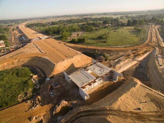 Trwa budowa autostrady A1. To odcinek G. Budową autostrady na tym odcinku zajmuje się konsorcjum firm Berger Bau Polska Sp. z o.o z siedzibą we Wrocławiu oraz bawarska Berger Bau gmbH.Wartość tej inwestycji wynosi 234,7 mln złotych. Zaawansowanie finansowe inwestycji w maju wynosiło 60 procent.To jeden z krótszych odcinków, obejmuje budowę trasy o długości 4,7 km. Kontrakt obejmuje m.in.budowę węzła drogowego Zawodzie, budowę elementów systemu poboru opłat (linii kablowej zasilającej od stacji transformatorowej, budowę i przebudowę istniejących dróg mogących kolidować z A1, budowę dróg obsługujących tereny przyległe do projektowanego pasa drogowego oraz dróg technologicznych.