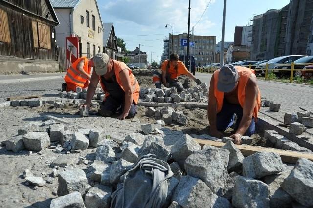 Pracownicy naprawiają ulicę Młynową po naszej interwencji.