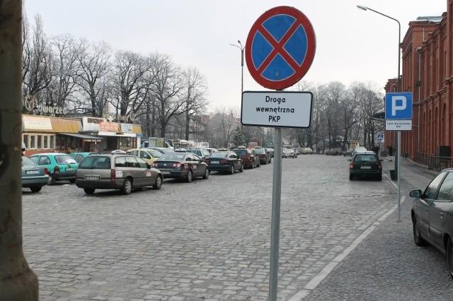 Zakaz zatrzymywania się, a za nim znak oznaczający parking - to jeden z absurdów na placu. Z lewej widać parkujące auta, które zajęły miejsce wyznaczone dla taksówek. A taksówki stoją tak, że blokują legalny wyjazd autom.