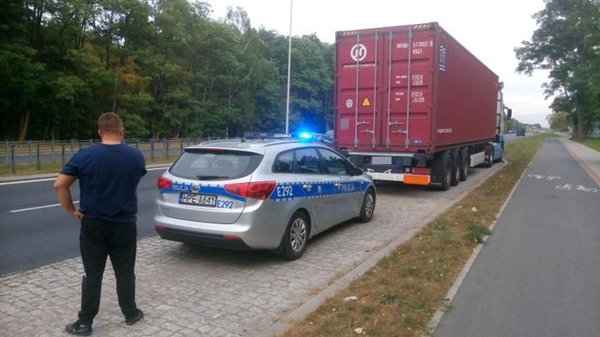 Zielonogórscy policjanci dwa razy w odstępie kilku godzin zatrzymali młodego mężczyznę, który kierował ciężarówką pomimo cofniętych uprawnień. Okazało się, że prawo jazdy stracił wcześniej otrzymując za jednym razem aż 33 punkty karne. Teraz stanie przed sądem.