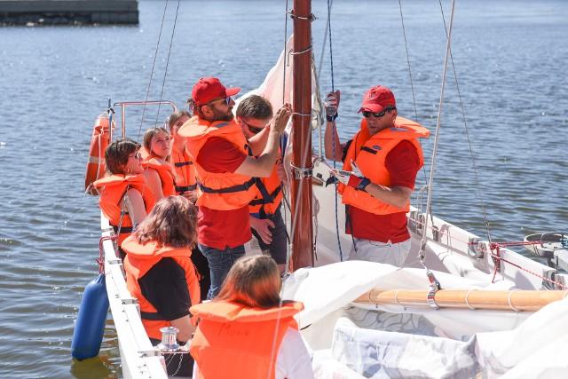 Po kilku miesiącach pandemicznej izolacji młodzi żeglarze z IX LO w Toruniu wypłynęli w środę na Wisłę