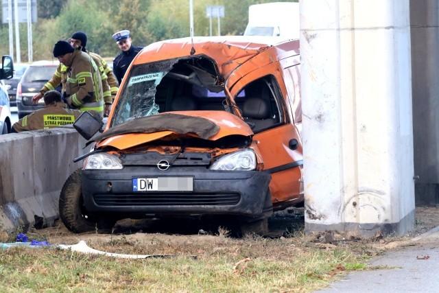 Kierowca samochodu  dostawczego z niewiadomych przyczyn wypadł z jezdni i uderzył w filar wiaduktu