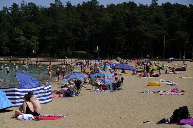 Chociaż oficjalne otwarcie strzeżonego kąpieliska w Kamionkach Małych nad Jeziorem Kamionkowskim zaplanowano na 25 czerwca, już w sobotę, 19 czerwca, było tam sporo plażowiczów. Do wejścia utworzyła się długa kolejka. O godz. 10 temperatura wody wynosiła ok. 22 stopnie Celsjusza. Chętnych do kąpieli nie brakowało. Zobaczcie zdjęcia!Przypomnijmy, że wstęp na plażę jest płatny. W ubiegłym roku kosztował 8 złotych. Mimo opłat Kamionki nadal pozostają jednym z najpopularniejszych letnich kierunków na weekendowy wypad z Torunia.