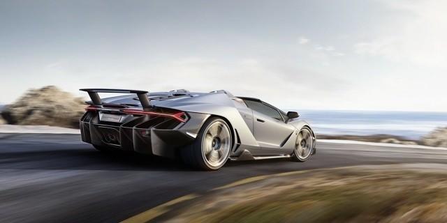 Lamborghini Centenario Roadster Pod maską pracuje benzynowy silnik V12 o pojemności 6,5 l. Jednostka dostarcza 770 KM mocy i zapewnia sprint do 100 km/h w 2,9 s. Prędkość maksymalna w tym przypadku to 350 km/h. Fot. Lamborghini