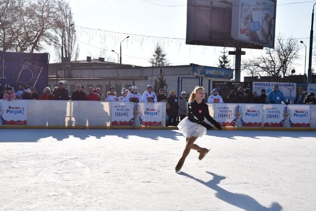 Mecz hokeja na lodowisku przy ul. Katowickiej w Chorzowie - finał Wielkiej Orkiestry Świątecznej Pomocy w Chorzowie 2019. Takie lodowisko stanie te na Rynku w Chorzów.Zobacz kolejne zdjęcia. Przesuwaj zdjęcia w prawo - naciśnij strzałkę lub przycisk NASTĘPNE