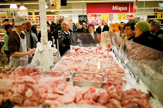 Stoisko mięsne w Tesco, zdjęcie ilustracyjne