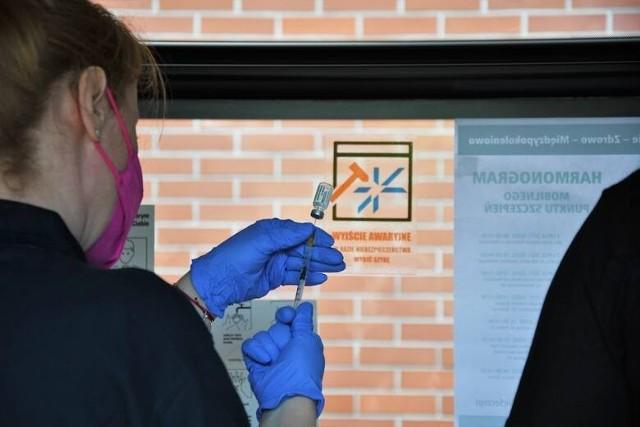 W autobusie MPK prowadzona jest akcja szczepień przeciw covid-19. W niedzielę, 18 lipca, autobus zaparkował przed katedrą na Ostrowie Tumskim