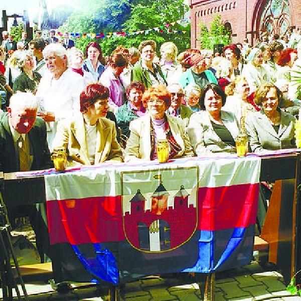 Helena Pszczółkowska (trzecia z prawej) wśród polskiej delegacji podczas uroczystości przeniesienia prochów Edwarda Woyniłłowicza z Bydgoszczy do ufundowanego przez niego kościoła pw. Symeona i Heleny w białoruskiej stolicy - Mińsk, 11 czerwca 2006 r.