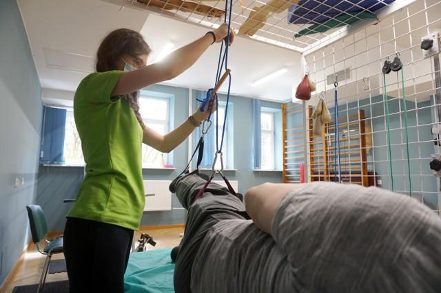 Ozdrowieńcy po COVID19, którzy zmagają się z powikłaniami po chorobie mogą korzystać z rehabilitacji ambulatoryjnej i domowej w 78 placówkach medycznych w całym województwie. Rehabilitacja trwa 6 tygodni, pacjenci mogą korzystać nawet z 3 wizyt terapeutycznych w każdym tygodniu. Terapia polega na wykonywaniu treningów oddechowych, wytrzymałościowych i interwałowych. Wszystko po to, aby pacjenci jak najszybciej odzyskiwali pełną sprawność.