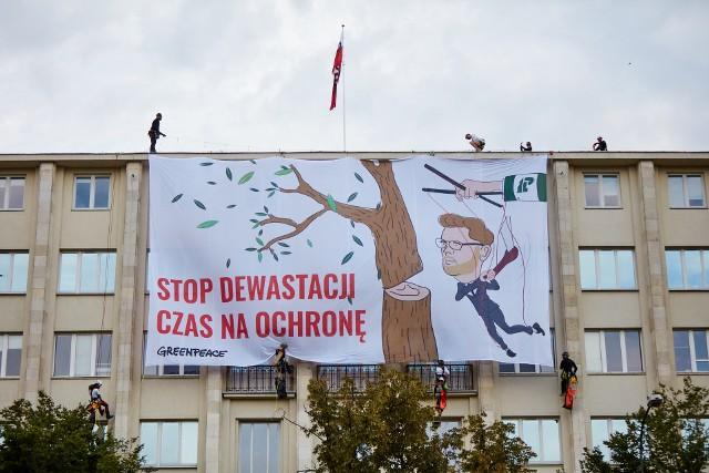 Greenpeace wywiesił baner krytykujący Michała Wosia, na budynku Ministerstwa Środowiska