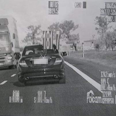 Kierowca tego mercedesa dopuszczalną prędkość przekroczył o 90 km/h.