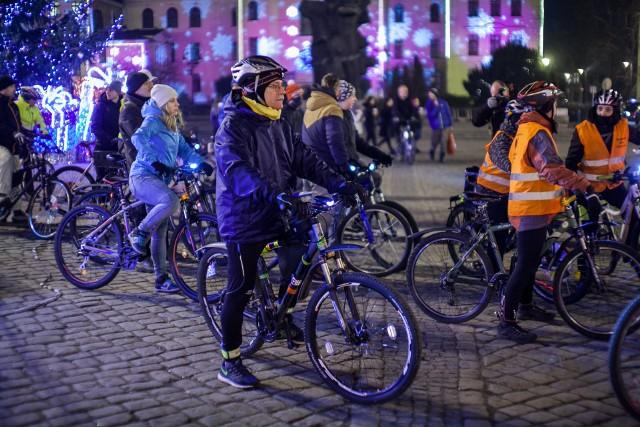 """Przejazdy BMK, jak zawsze podkreślają ich organizatorzy, są po to, by zaznaczyć, że ruch rowerowy w Bydgoszczy jest ważny, że rowerzystów jest tylu, iż trzeba ich brać pod uwagę organizując ruch drogowy w mieście. Przez ostatnie lata wiele udało się osiągnąć. Środowiska rowerowe biorą czynny udział w konsultacjach dotyczących nowych inwestycji, a ich głos jest coraz poważniej traktowany.Niektóre miasta, gdzie rowerzystom udało się zająć odpowiednie """"miejsce"""" w ruchu drogowym, zaprzestała przejazdów. Bydgoszcz pierwszy tegoroczny przejazd nazwała """"Skończmy z Bydgoską Masą Krytyczną!"""">> Najświeższe informacje z regionu, zdjęcia, wideo tylko na www.pomorska.pl"""
