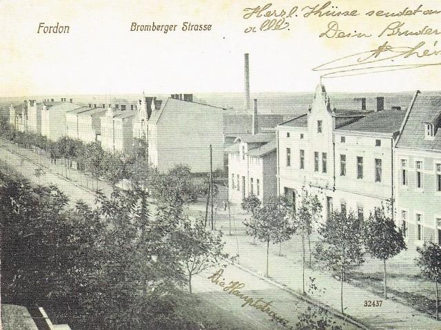 Pocztówka z 1915 roku utrwaliła rozległe, puste przestrzenie na zapleczu ulicy Bydgoskiej, oddzielające miasteczko od Bydgoszczy. W takim odosobnieniu Fordon żył ponad 550 lat.