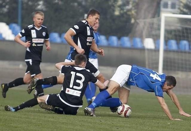 Stal Rzeszów (niebieskie koszulki) przegrała z Wigrami 0-4.