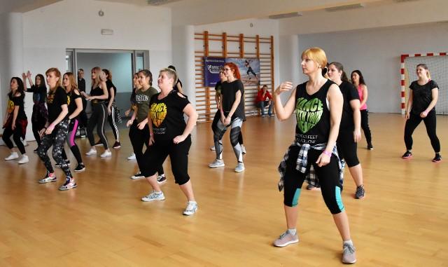 W trakcie imprezy odbywającej się w Wyższej Szkole Wychowania Fizycznego i Turystyki w Białymstoku decyzję o oddaniu się w ręce fryzjera podjęło 6 kobiet.