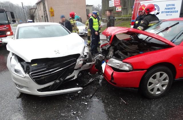 W Tuchomiu na skrzyżowaniu ul. Jana III Sobieskiego i Lipowej doszło do zderzenia dwóch samochodów osobowych. Nic poważnego nikomu się nie stało. Na miejscu były dwa zespoły ratownictwa medycznego, policja oraz strażacy, którzy m.in. zabezpieczali miejsce zdarzenia. Konieczne były wyznaczenie objazdów.