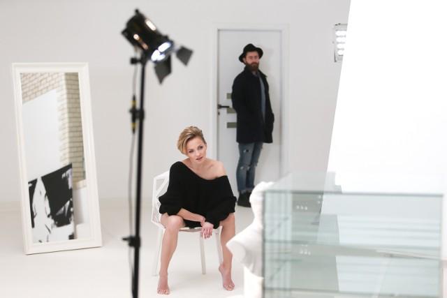 """""""Do góry nogami"""" to kolejna,  piosenka Anny Wyszkoni promująca album """"Jestem tu nowa. Platynowa Edycja"""". W bardzo erotycznym teledysku Ania pokazuje się nago. Zobacz kadry z teledysku na kolejnych zdjęciach"""