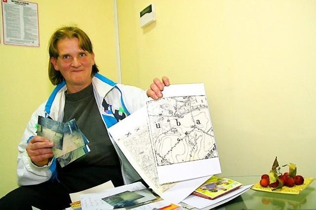 Małgorzata Moszczyńska pokazuje stare mapy, na których jej zdaniem drogi nie ma