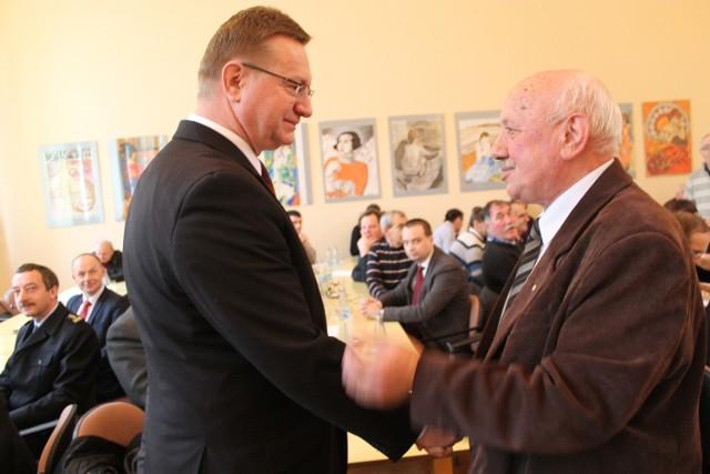 Nasze nieraz obolałe sprawy musimy odsunąć na bok - mówił wojewoda Ryszard Wilczyński, który pierwszy podszedł do starosty Michała Ilnickiego. Wcześniej panowie byli w ostrym konflikcie.