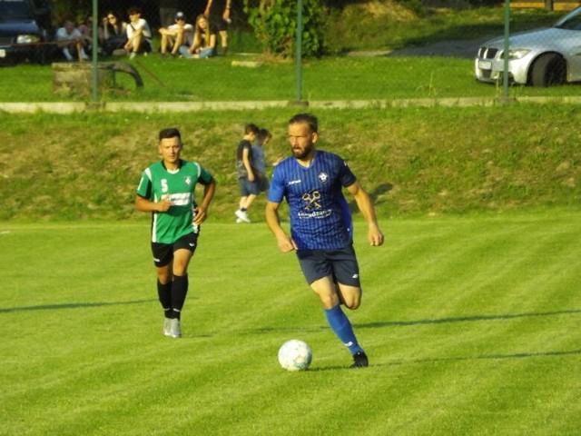 Strug Tyczyn (na niebiesko) pokonał na wyjeździe Błażowiankę 3:0