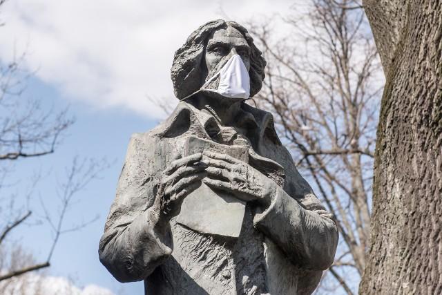 Kilka dni temu na pomnikach na Katolickim Uniwersytecie Lubelskim pojawiły się maseczki