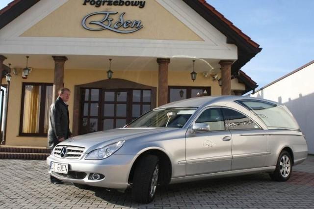 Firma pogrzebowa z Kielc wysłała na warszawskie uroczystości dwa mercedesy CLS.