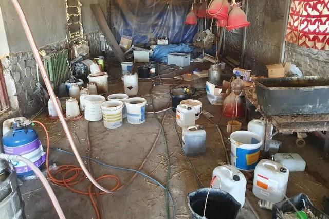 W nielegalnym laboratorium wyprodukowano co najmniej 200 litrów płynnej amfetaminy Zobacz kolejne zdjęcia. Przesuwaj zdjęcia w prawo - naciśnij strzałkę lub przycisk NASTĘPNE
