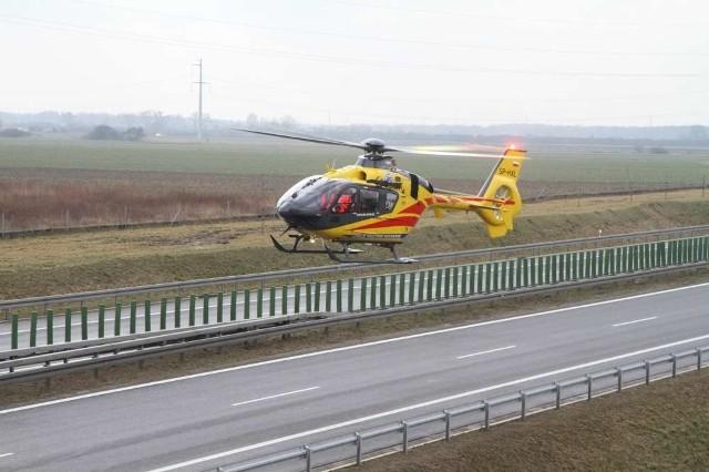 Poszkodowany mężczyzna został zabrany w stanie ciężkim przez śmigłowiec LPR.