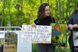 """Symboliczne """"zamknięcie parku antynaturalistycznego"""", czyli protest w obronie zieleni na Górkach Czechowskich. Zobacz zdjęcia"""