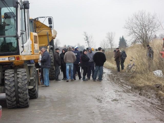 Mieszkańcy Żurawlowa koczowali przy miejscu planowanych przez Chevron prac od godz. 6 rano. Odeszli dopiero późnym popołudniem. Na drodze zebrało się około 50 osób.