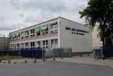 Dyrektor szkoły Zbigniew A. oskarżony o molestowanie uczennic: całowanie w kantorku, w gabinecie oraz propozycje szkoleń z seksu