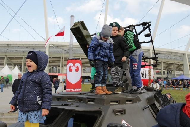 Wielka wystawa militariów z okazji Święta Niepodległości na Stadionie Śląskim w Chorzowie przyciągnęła licznych mieszkańców regionu