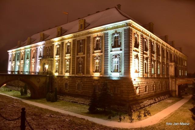 Pałac Książęcy w Żaganiu jest bardzo urokliwy także po zmroku. A to za sprawą m.in. barwnego oświetlenia, które podkreśla jego walory. A jak wygląda w scenerii zimowej? Sami zobaczcie! Przepiękne zdjęcia tego obiektu przysłał do nas pan Jan Mazur. Bardzo dziękujemy!